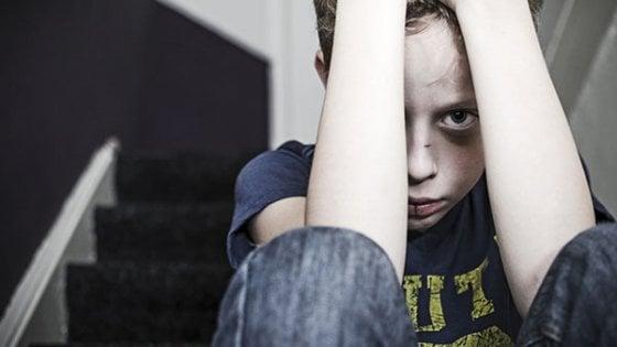 Violenza sui bambini, la diagnosi precoce li può salvare. In Italia ancora pochi i centri specializzati