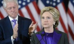 """Hillary saluta  e alle donne    dice: """"Non vi scoraggiate"""""""