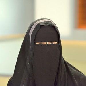 Pordenone, in municipio col niqab: condannata a multa di 30mila euro