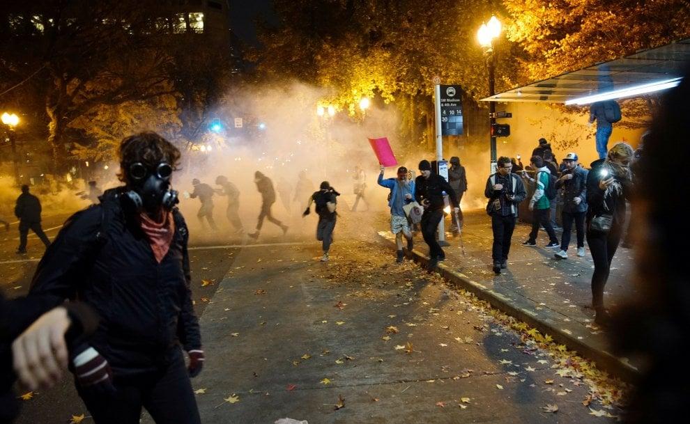 Portland, scontri tra polizia e dimostranti alla manifestazione anti-Trump