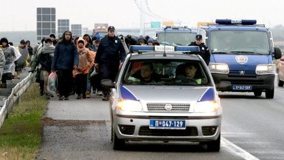 """Serbia, centinaia di migranti in marcia sotto la pioggia verso la Croazia: """"Aprite le frontiere"""""""