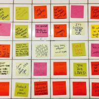 New York, post-it colorati nel metrò: la protesta contro Trump