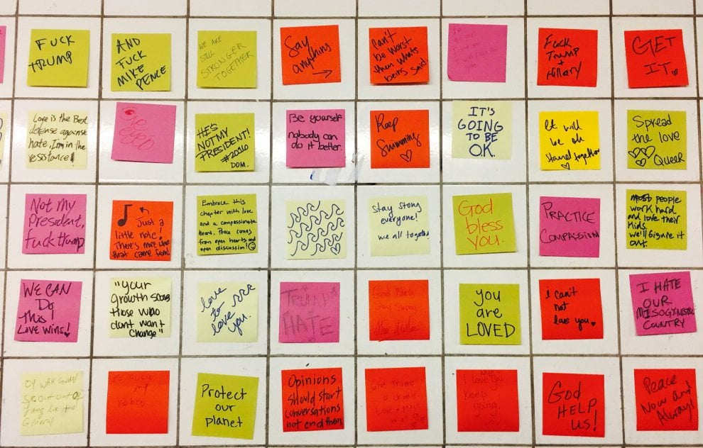 New York, post-it colorati nel metrò: la protesta contro Trump