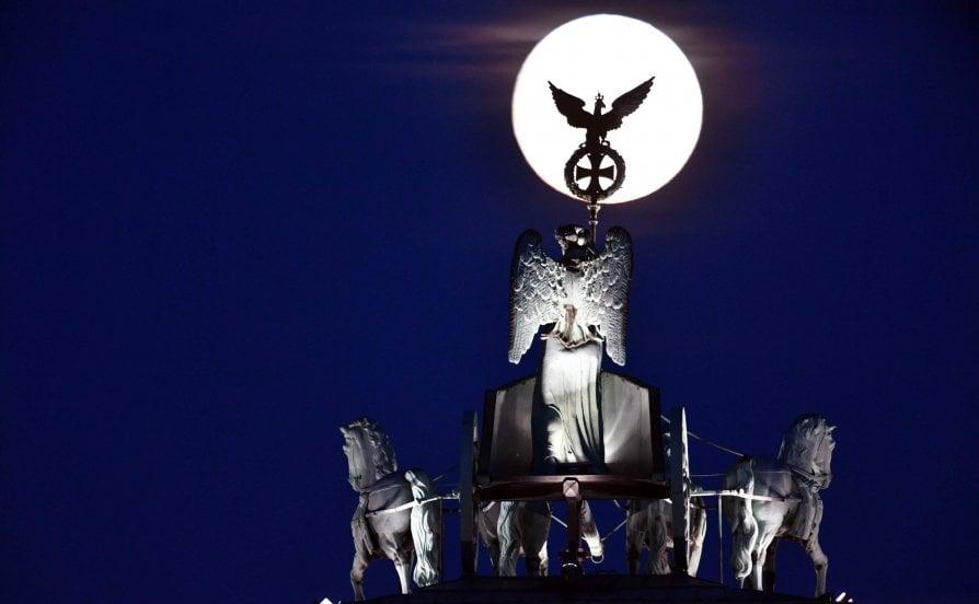 Guarda che luna, il cielo è tutto suo