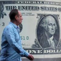 Trump spinge euro e dollaro verso la parità: rischi per materie prime e Cina