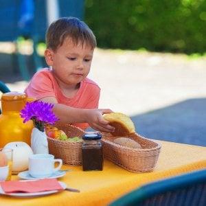Saltare la colazione e dormire ad orari irregolari tra le cause dell'obesità infantile