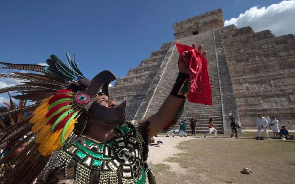 """Nuova scoperta dei ricercatori messicani: dentro alla piramide Maya di Kukulkan, detto anche El Castillo, c'è una terza piccola piramide di 10 metri dentro a una seconda scoperta nel 1930, a sua volta avvolta da una terza che è quella visibile ai turisti. """"Ci darà molte informazioni sulla civiltà Maya e il loro stile puro"""" dicono i ricercatori dell'Università autonoma del Messico. Nelle immagini i documenti prodotti dall'Università che rilevano, grazie a una tecnica 3D non invasiva, la presenza della terza struttura. L'ARTICOLO"""