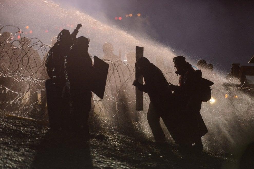 Nord Dakota, idranti e gas lacrimogeni contro manifestanti: continua la protesta dei Sioux contro l'oleodotto
