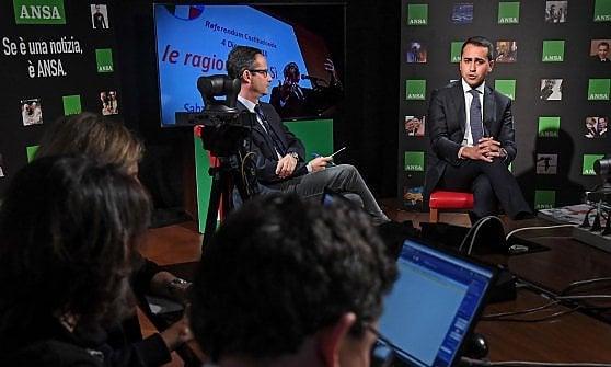 """Referendum, Grillo contro il Sì: """"Serial killer della vita dei nostri figli"""". Renzi: """"E' in difficoltà per le firme false"""""""