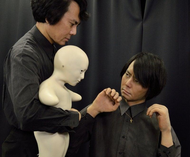 Classe 1964, Hiroshi Ishiguro, insegna al dipartimento di intelligenza artificiale all'Università di Osaka. Ha cominciato ad occuparsi di androidi nel 2000 e nel 2004 ha presentato il suo doppio, Geminoid, che per la prima volta viene presentato in Italia giovedì 24 a Roma. È la quarta versione dell'androide. Ishiguro infatti ne ha sviluppati diversi per adeguarli al suo aspetto mentre invecchiava. Eccolo insieme al suo ''robot clone''