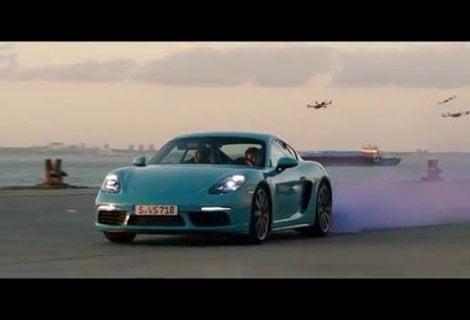 Sei droni e una Porsche 718 Cayman, la sfida è da videogame