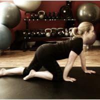Crawling, le posizioni per allenare mente e corpo tornando bambini