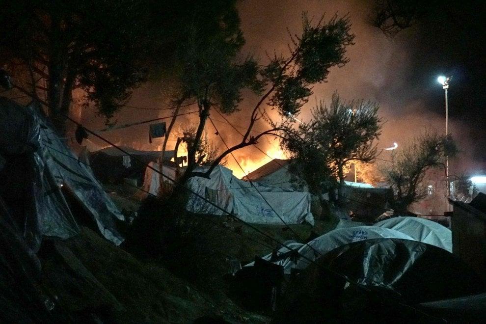 Migranti, incendio in campo profughi di Lesbo: morti una donna e il nipotino di sei anni