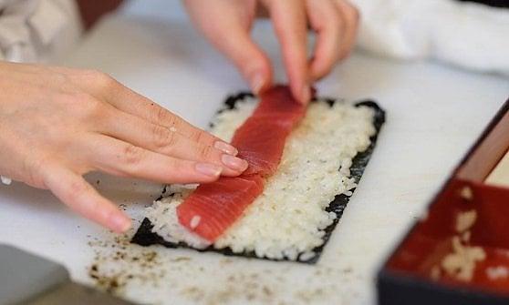 """Il sushi? Un falso magro: """"Può far ingrassare più di un hamburger"""""""