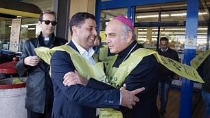 Catania, l'arcivescovo e l'imam fanno la spesa insieme per i poveri