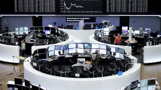 Borse incerte, dubbi sull'accordo Opec per il petrolio. Nella corsa al referendum rischiano le banche
