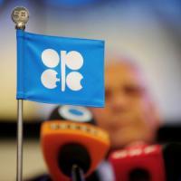 Il mercato non si fida dell'Opec: petrolio giù. Milano guadagna grazie al paracadute della Bce
