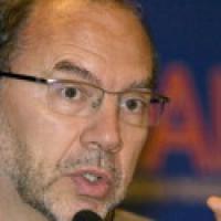 """Peter Piot: """"Per battere Hiv, i farmaci non bastano"""""""