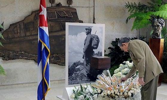 Cuba, Obama non andrà ai funerali. Pellegrinaggio per l'omaggio a Castro