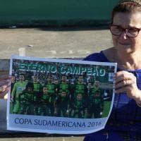 Aereo precipitato in Colombia, i tifosi Chapecoense in lacrime davanti allo stadio