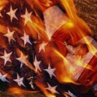 """Trump : """"Carcere per chi brucia bandiera"""". Corte suprema: """"È libertà di espressione..."""