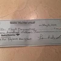 Boxe, Mayweather esagera: assegno da 100 milioni di dollari