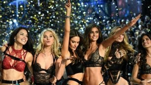 Parigi, Victoria's Secret Fashion Show: gli angeli sfilano con Lady Gaga e Bruno Mars