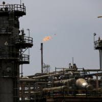 Petrolio superstar con l'accordo Opec. Milano tiene alle vendite in Europa