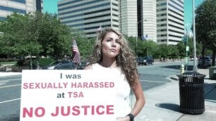 Texas: la protesta di Alyssa, ex soldato in Iraq, contro agenzia del governo: ''Io molestata e poi licenziata''