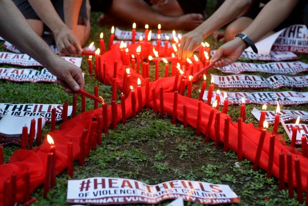 Aids, il Mondo si tinge di rosso