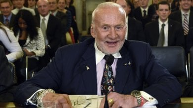Buzz Aldrin si sente male in Antartide  Un aereo lo porta via d'urgenza   foto