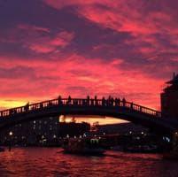 Venezia, il cielo si colora di rosso: il tramonto spettacolare visto dai social