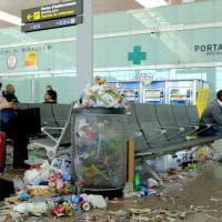 Barcellona, l'aeroporto è una discarica: sciopero pulizie a El Prat