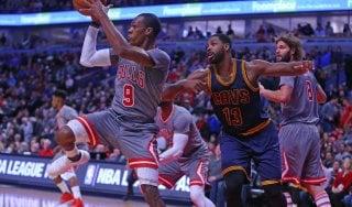 Basket, Nba: Cleveland cade a Chicago. E Lebron gioca a baseball...