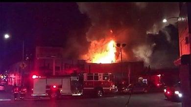 Usa, tragico party in un capannone a Oakland. In nove muoiono per un incendio