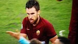 Strootman, sgarbo dopo il gol Tira l'acqua a Cataldi: è rissa      foto