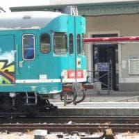Via dal treno passeggero senza biglietto e i suoi bagagli: capotreno denunciato
