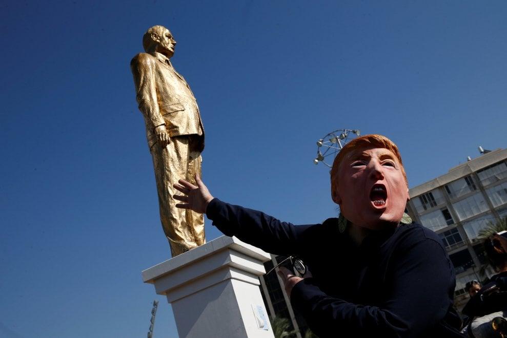 Tel Aviv, provocazione in piazza: via la statua d'oro di Netanyahu