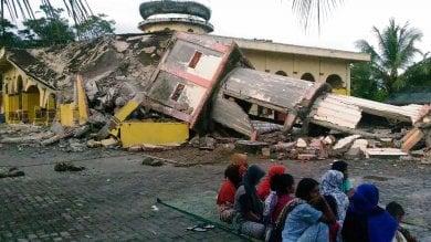 Terremoto a Sumatra, circa 100 morti e 600 feriti. Si scava tra le macerie