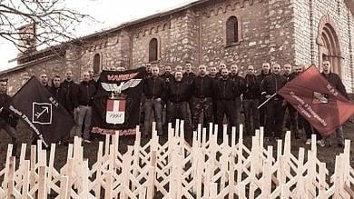 Viaggio tra saluti nazisti e croci runiche  nella comunità che nega l'Olocausto
