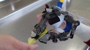 Quadriplegici ritrovano l'uso della mano col guanto hi-tech
