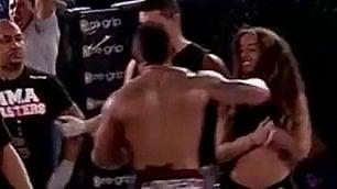 L'ira del lottatore sconfitto Pugno alla ragazza sul ring