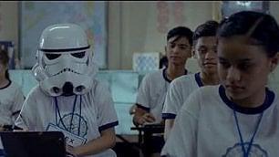 La bambina con casco di Star Wars Il coraggio di mostrare cosa cela