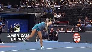Il pessimo servizio della tennista Liscia la palla e perde l'incontro