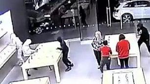 Rapina lampo all'Apple store Razzia di iPhone in pochi secondi