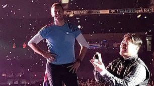 I Coldplay fermano il concerto per la proposta del fan