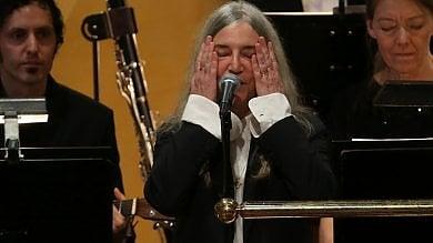Nobel a Bob Dylan, tutti in piedi Patti Smith canta per lui e si commuove