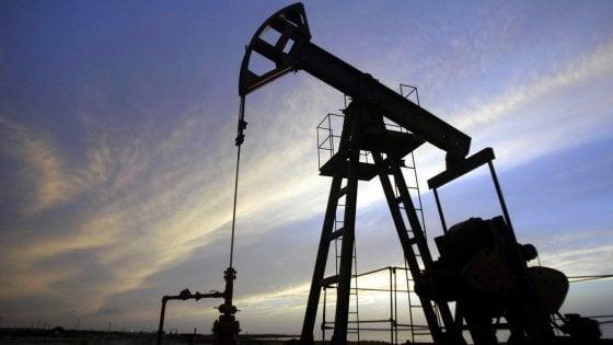 Il petrolio vola ai massimi dall'estate 2015. Milano chiude a +0,4%, Mps in luce