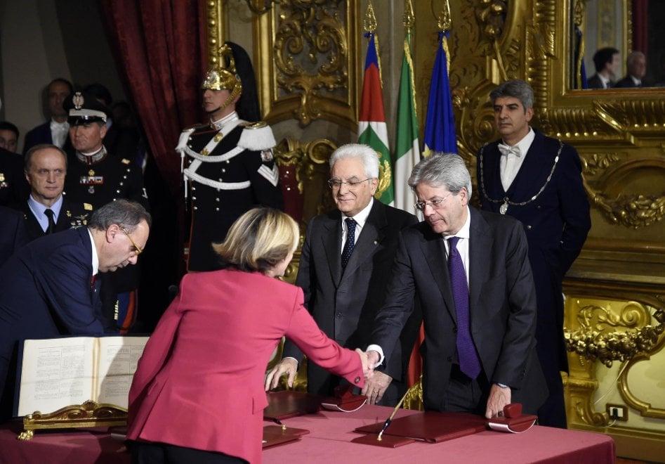 La giacca rosa shocking  di Lorenzin e le scarpe rosse di Pinotti, le eccezioni di un governo in grigio