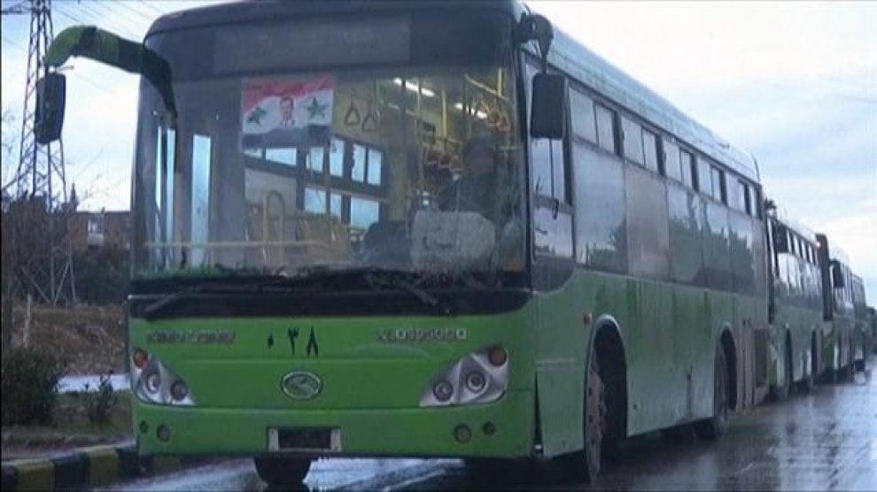 Siria, autobus in attesa per evacuare i civili di Aleppo